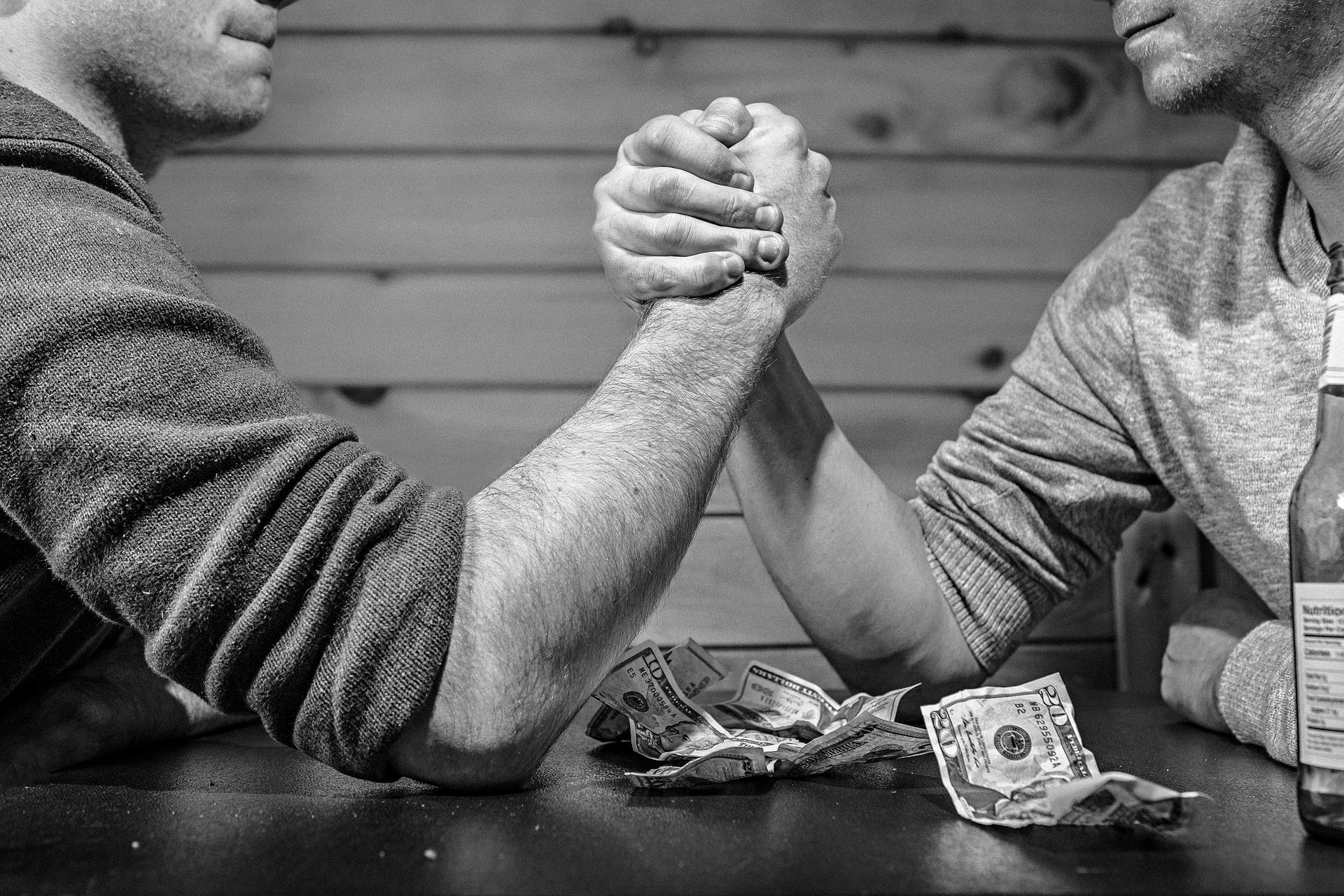 消費者金融やキャッシングで借金を重ねてしまう心理的状況について